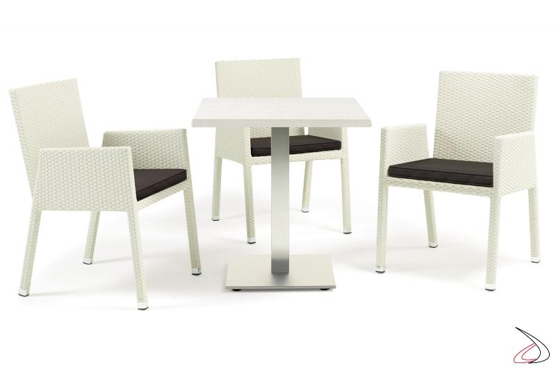 Arredo da terrazzo esterno con sedie colore bianco