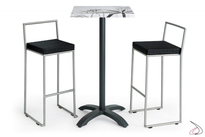 Set per arredare lo spazio esterno con tavolo e sgabelli colore antracite