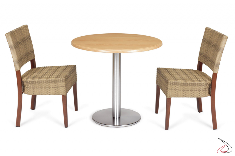 Disposizione per zona pranzo esterna con tavolo e sedie colore moka