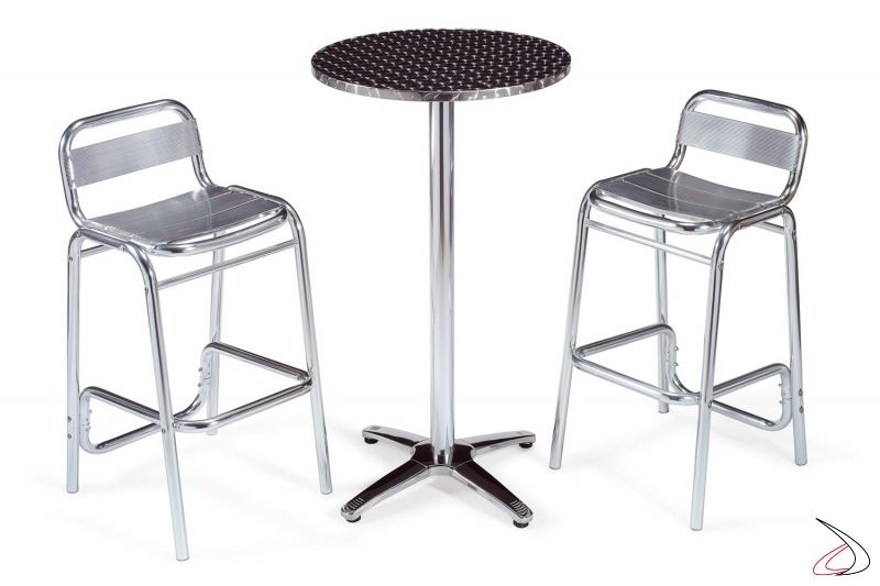 Arredo bar con tavolo e sgabelli con seduta a doghe in alluminio