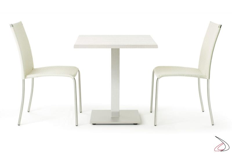 Disposizione da arredo terrazzo esterno con sedie bianche
