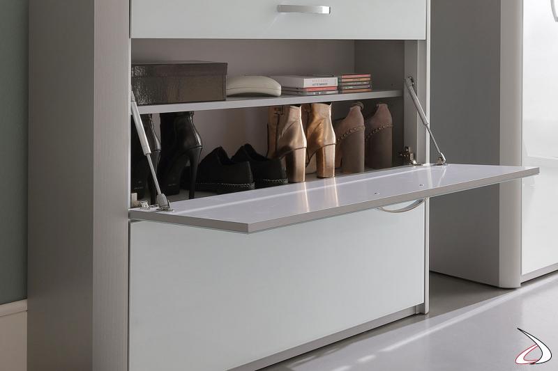 Dettaglio apertura anta a ribalta con pistone e mensole porta scarpe