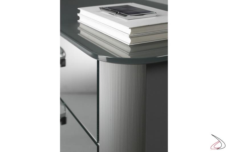 Dettaglio profilo in alluminio mille-righe e top in vetro argento