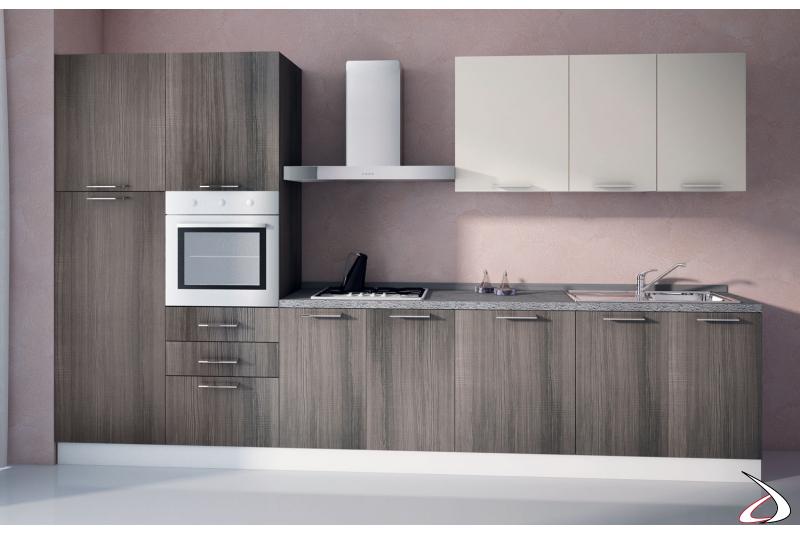 Cucina in legno di design con colonna forno e colonna frigo