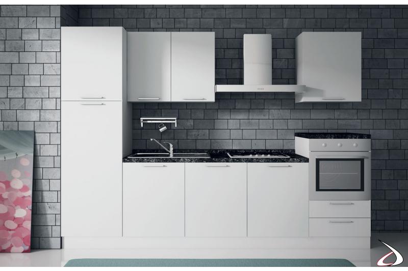 Composizione cucina bloccata in laccato bianco