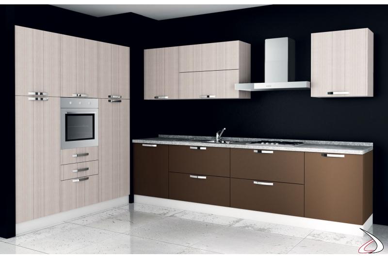 Cucina di design ad angolo in legno con colonna frigo e forno