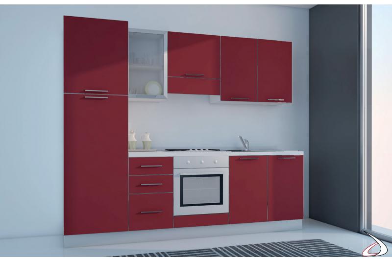 Cucina piccola bloccata con elettrodomestici