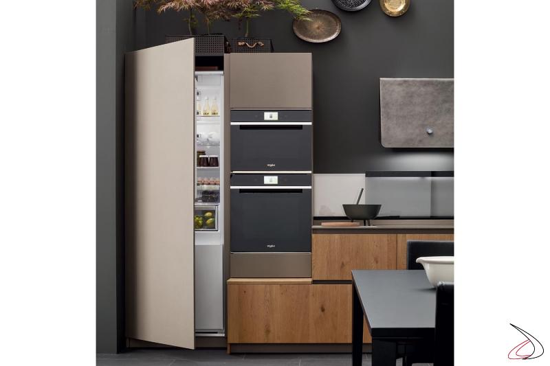 Cuisine linéaire personnalisée avec réfrigérateur et four de 75 cm et unité haute de micro-ondes