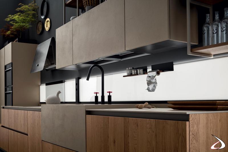 Cuisine linéaire modulaire moderne avec des éléments bas profonds et un panneau arrière rétro-éclairé