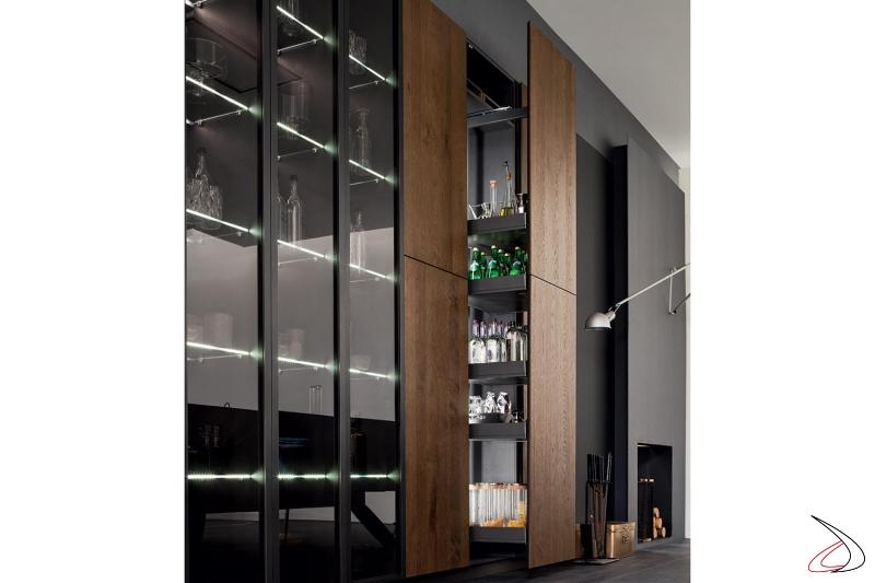 Moderne Küche nach Maß mit beleuchteten Vitrinen und ausziehbarem Vorratsschrank