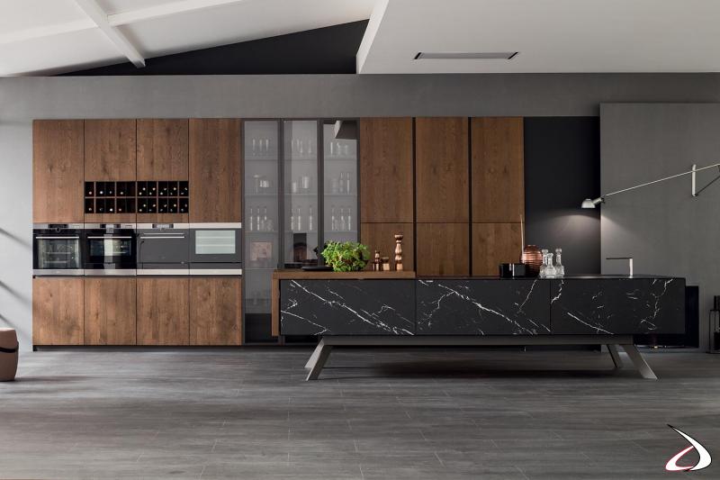 Design-Küche mit zentraler Insel aus schwarzem Marquina-Steinzeug mit hohen Füßen