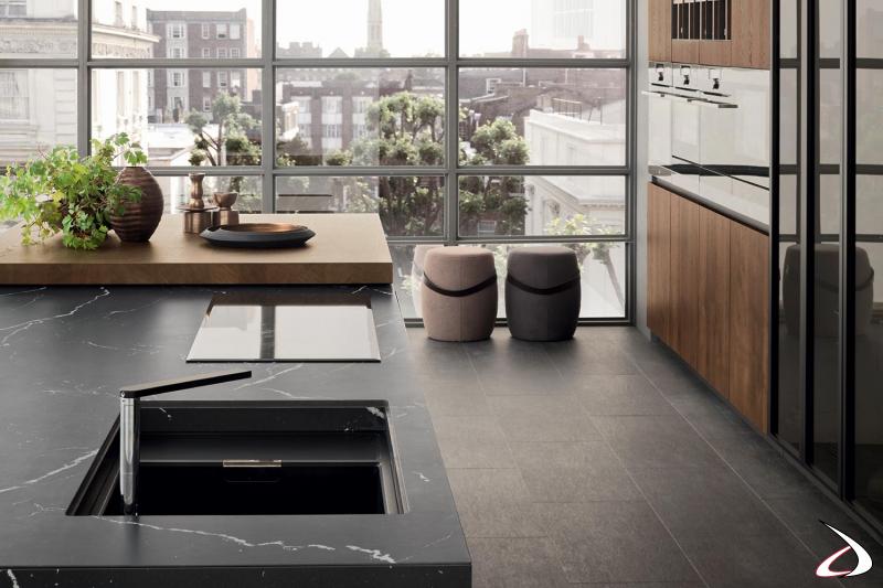 Modulare moderne Küche mit zentraler Insel mit Untertischspüle und Induktionskochfeld