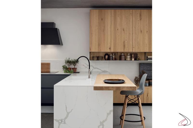 Elegante cucina componibile in rovere nodato con piano in gres calacatta con vasca integrata