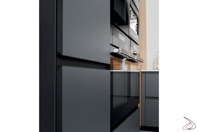Cucina moderna di design con colonna frigo, colonna forno, colonna microonde e macchina del caffè