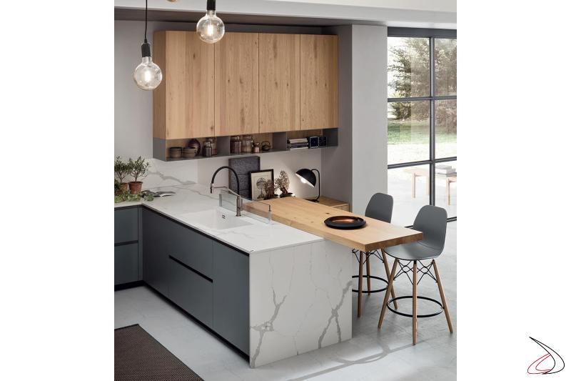 Cucina di design a ferro di cavallo con penisola e piano snack in legno