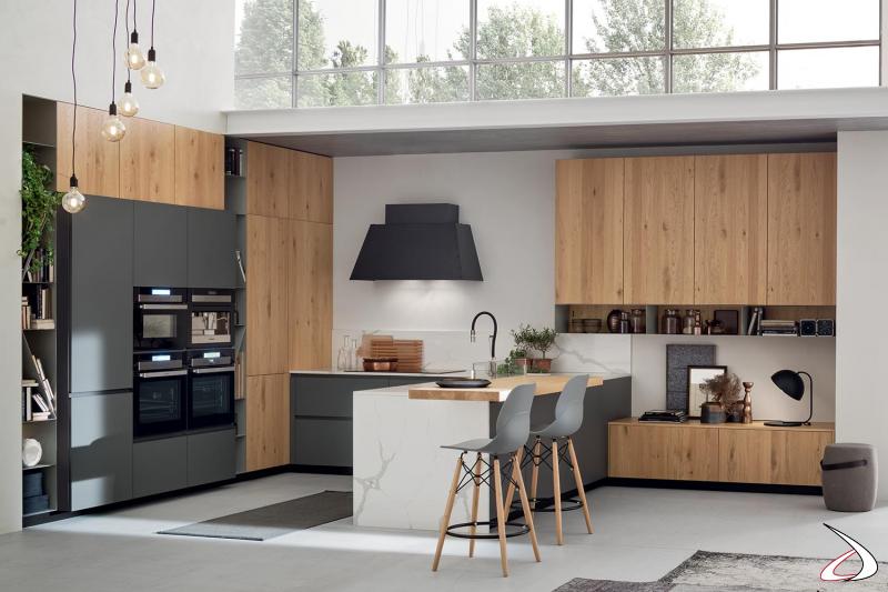 Cucina moderna a ferro di cavallo in legno nodato con piano in gres bianco calacatta