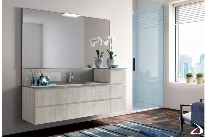 Bagno moderno sospeso con cassetti e specchiera