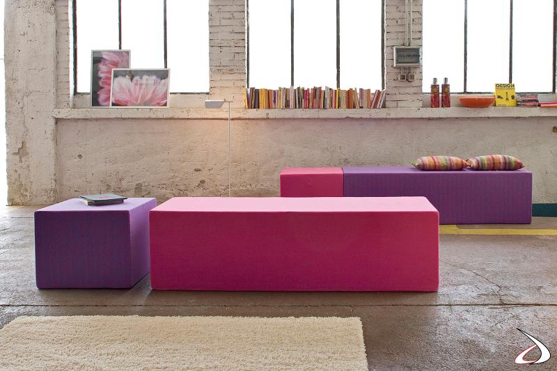 Divanetto realizzato unendo cubi di forme e dimensioni diverse e colorate.