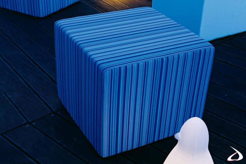 Pouf a forma di cubo pratico e moderno da esterno con tessuto idrorepellente