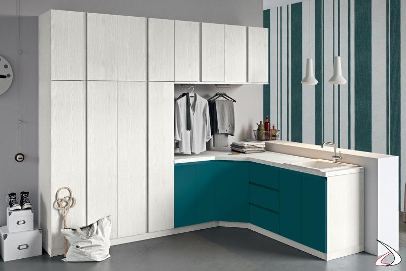 Arredo lavanderia ad angolo di design con armadio porta scope e armadio porta lavatrice e asciugatrice