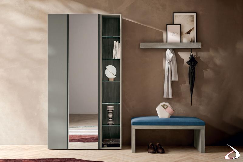 Mobile ingresso di design con armadio a specchio, panca con cuscino imbottito e mensola con appendiabiti