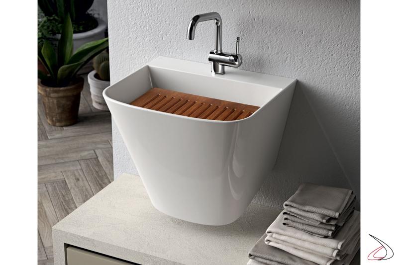 Arredo lavanderia moderna con lavatoio sospeso e asse in pino
