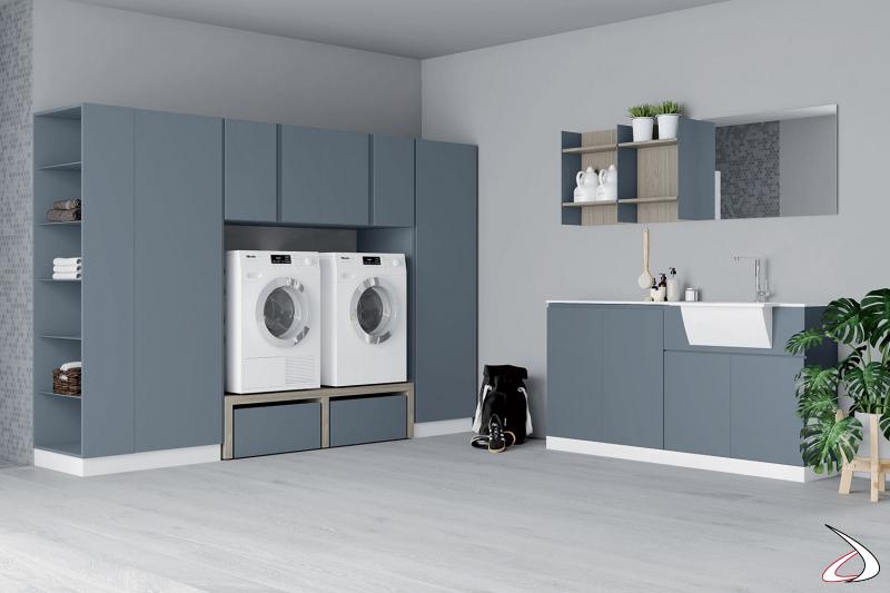 Lavanderia di design su due pareti con mobile lavatoio e armadiatura porta lavatrice e asciugatrice