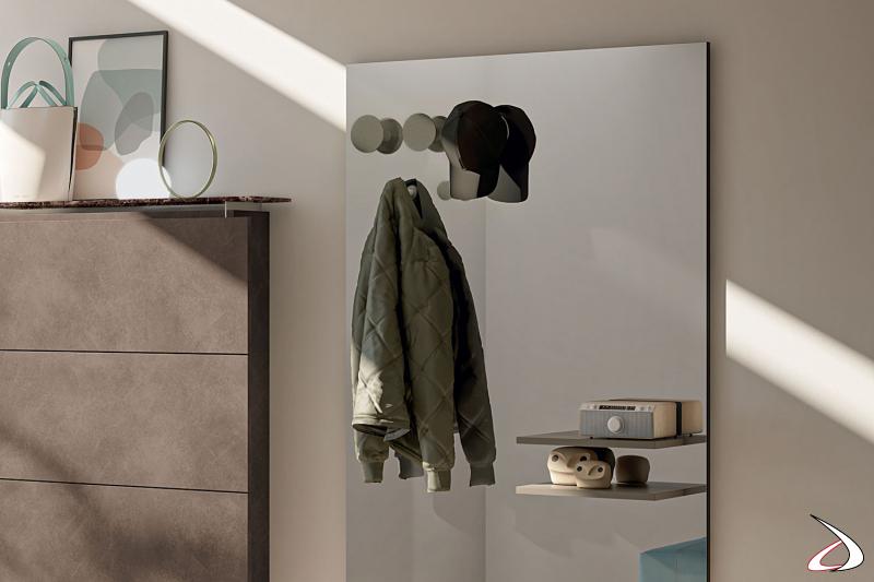 Specchio attrezzato da ingresso con appendiabiti e mensole