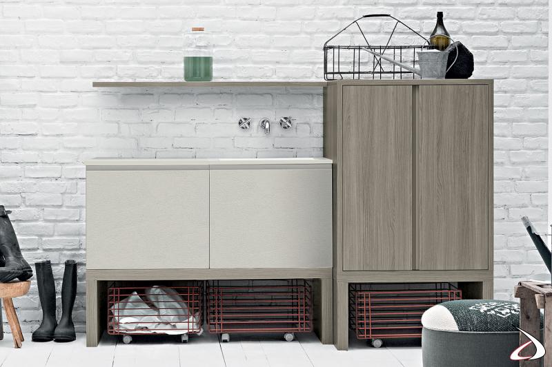 Lavanderia moderna attrezzata con mobile porta lavatrice e cesti su ruote porta panni