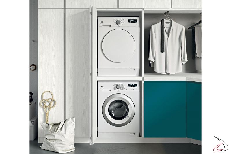 Lavanderia ad angolo con armadio porta lavatrice e asciugatrice con anta a soffietto