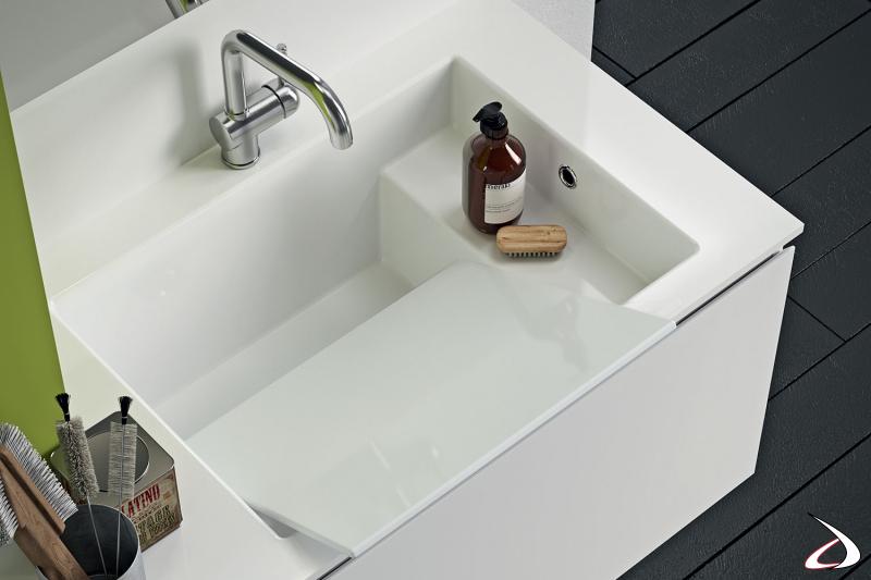 Lavanderia moderna con lavatoio sospeso e asse in marmo minerale
