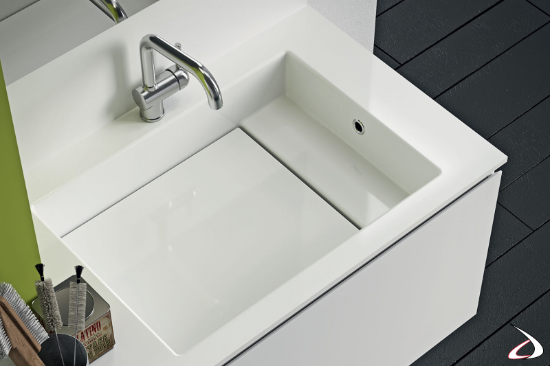 Arredo lavanderia moderno con ampio lavatoio sospeso con porta sapone e asse in marmo minerale