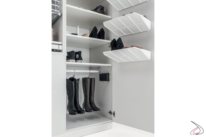 Lavanderia moderna e attrezzata con armadio porta scarpe e porta stivali