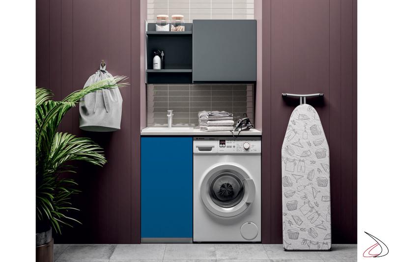 Arredo lavanderia in nicchia con lavatoio e con porta lavatrice
