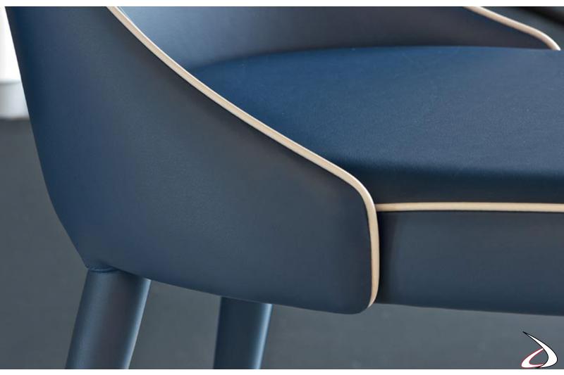 Dettaglio cuciture in contrasto su sedia in pelle premium blu