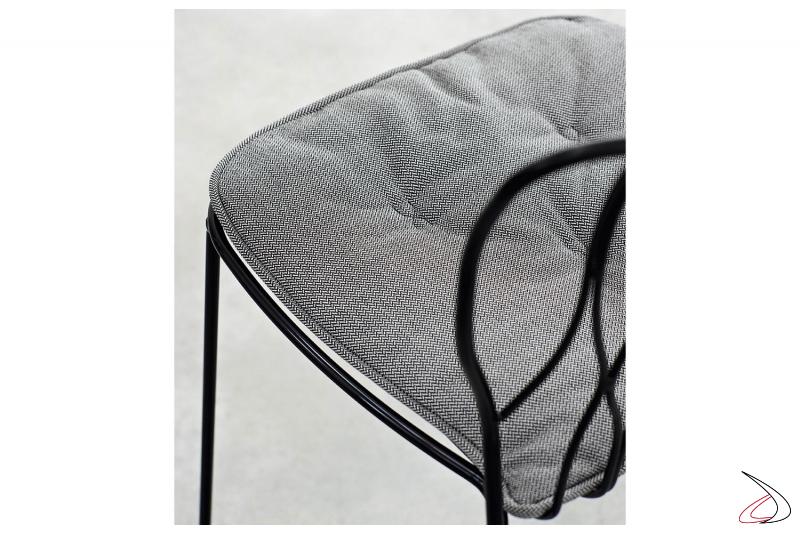 Dettaglio telaio laccato nero profondo lucido e cuscino in tessuto lulù sale e pepe