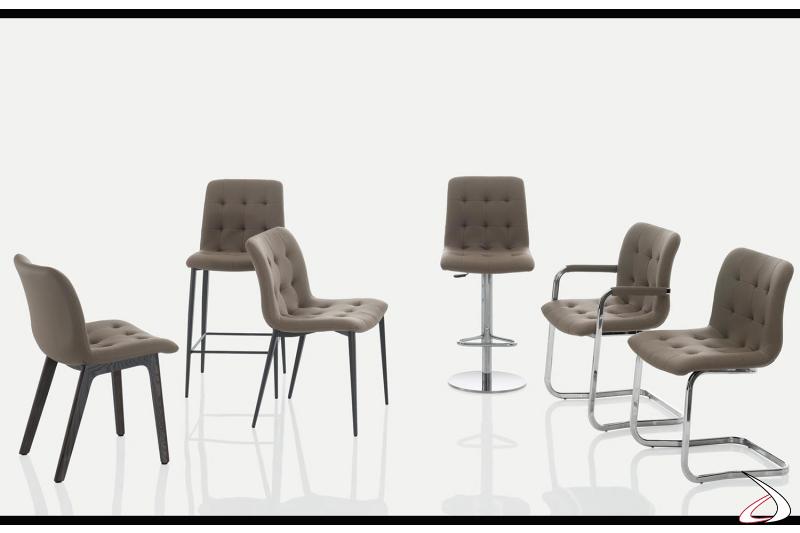 Sgabelli e sedie modello Kuga di Bontempi realizzate con struttura in metallo e seduta imbottita.