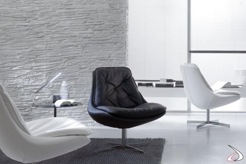 Poltrone di designa dalla forma accogliente in pelle ecologica bianca e nera