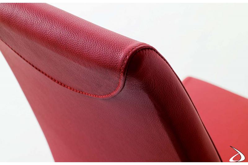 Cuciture a vista per sedia in pelle rosa