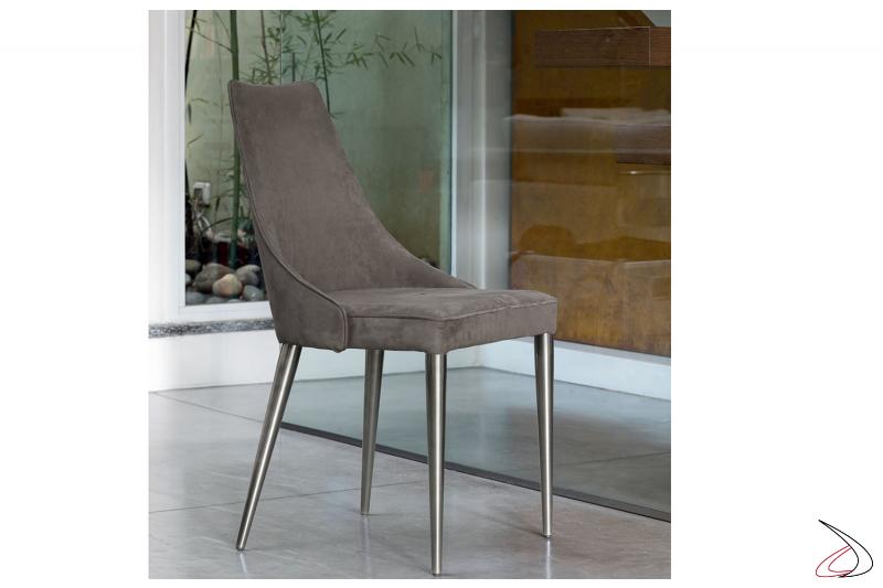 Sedia morbida e confortevole con seduta in velluto e base acciaio