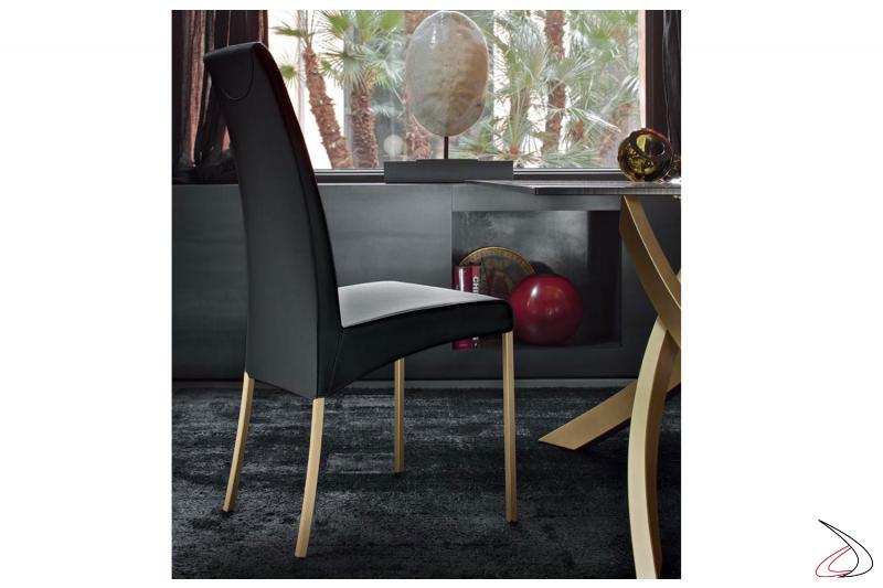 Sedia con gambe in acciaio verniciata oro e seduta in eco-pelle nera