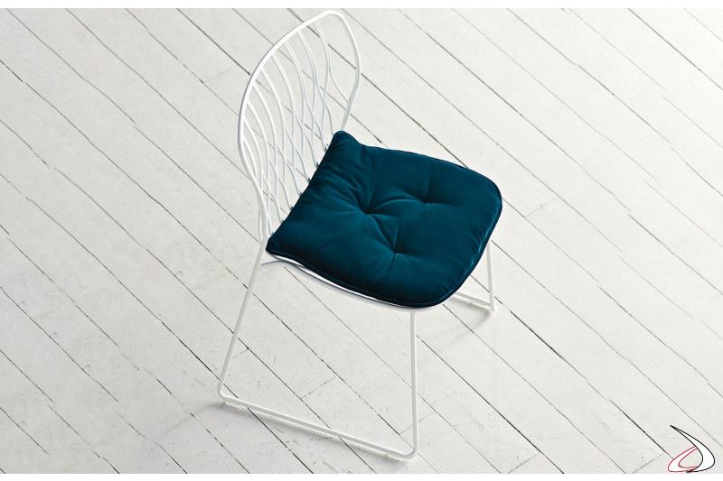 Sedia Freak con struttura laccata bianca e cuscino in velluto smeraldo