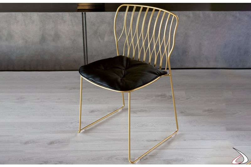 Sedia di Bontempi modello Freak con telaio in acciaio laccato oro