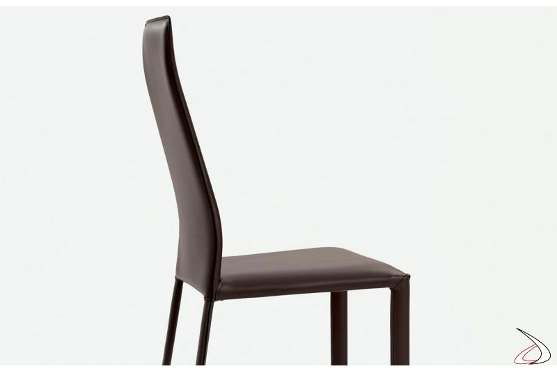 Sedia con struttura in acciaio completamente rivestita in cuoio color fango