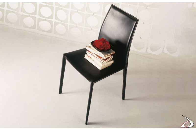 Sedia in cuoio nero con struttura in acciaio e schienale alto