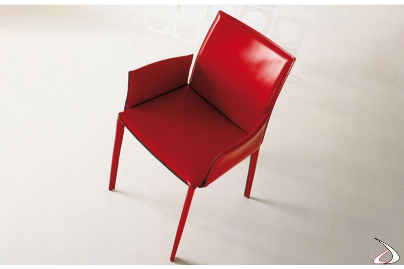 Sedia rivestita in fibra di cuoio rosso con braccioli e schienale alto