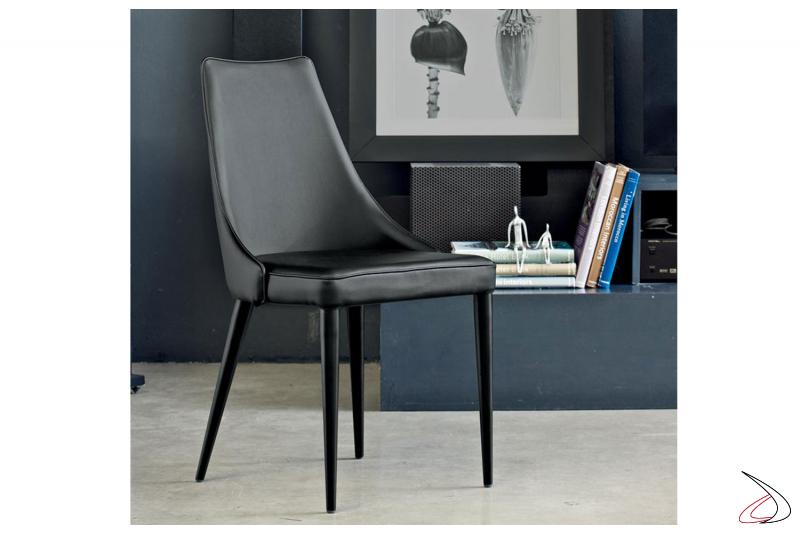 Sedia di design di pelle nera con gambe in acciaio laccato nero opaco