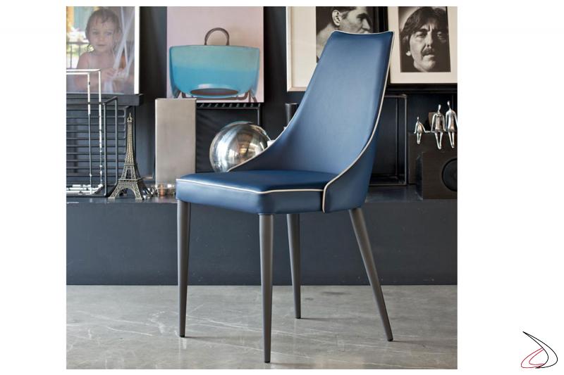 Sedia moderna ed elegante realizzata in pelle premium blu e bordo grigio
