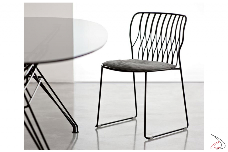 Sedia con struttura in acciaio laccato nero e cuscino opzionale grigio