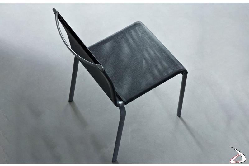 Sedia moderna con rivestimento texplast di colore grigio su base antracite